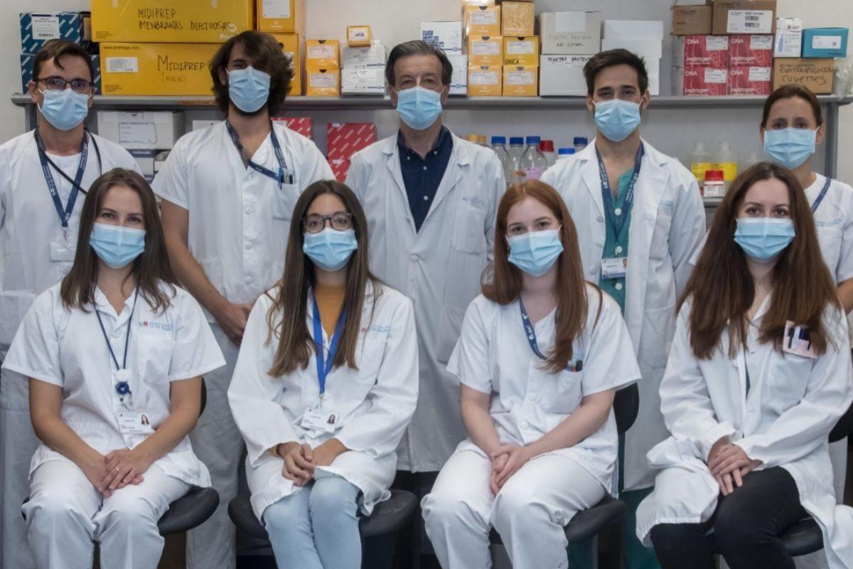 El inmunólogo Luis Álvarez-Vallina, en el centro de la fila de arriba, con su equipo de inmunoterapia sintética