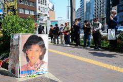 Fans de la cantante Yukiko Okada se reúnen en el lugar donde se suicidó.
