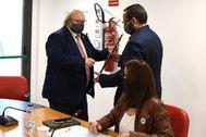 Jordi Soler recibe la vara de alcalde.