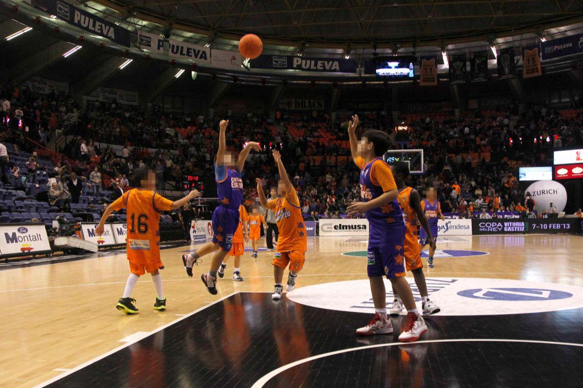 Partido de baloncesto entre niños.