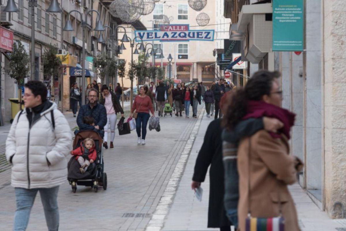 Imagen de calle Velázquez con presencia notable del pequeño comercio. A.VERA