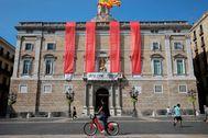 Fachada de la Generalitat, con cuatro barras rojas, instaladas para recordar el 1-O a petición de Quim Torra.