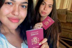 Heba Iskandarani (de negro) y su hermana Rewa muestran su pasaporte español. CRÓNICA