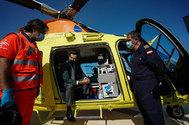 El presidente de la Junta, Juanma Moreno, en el nuevo helicóptero medicalizado que prestará servicios en Cádiz.