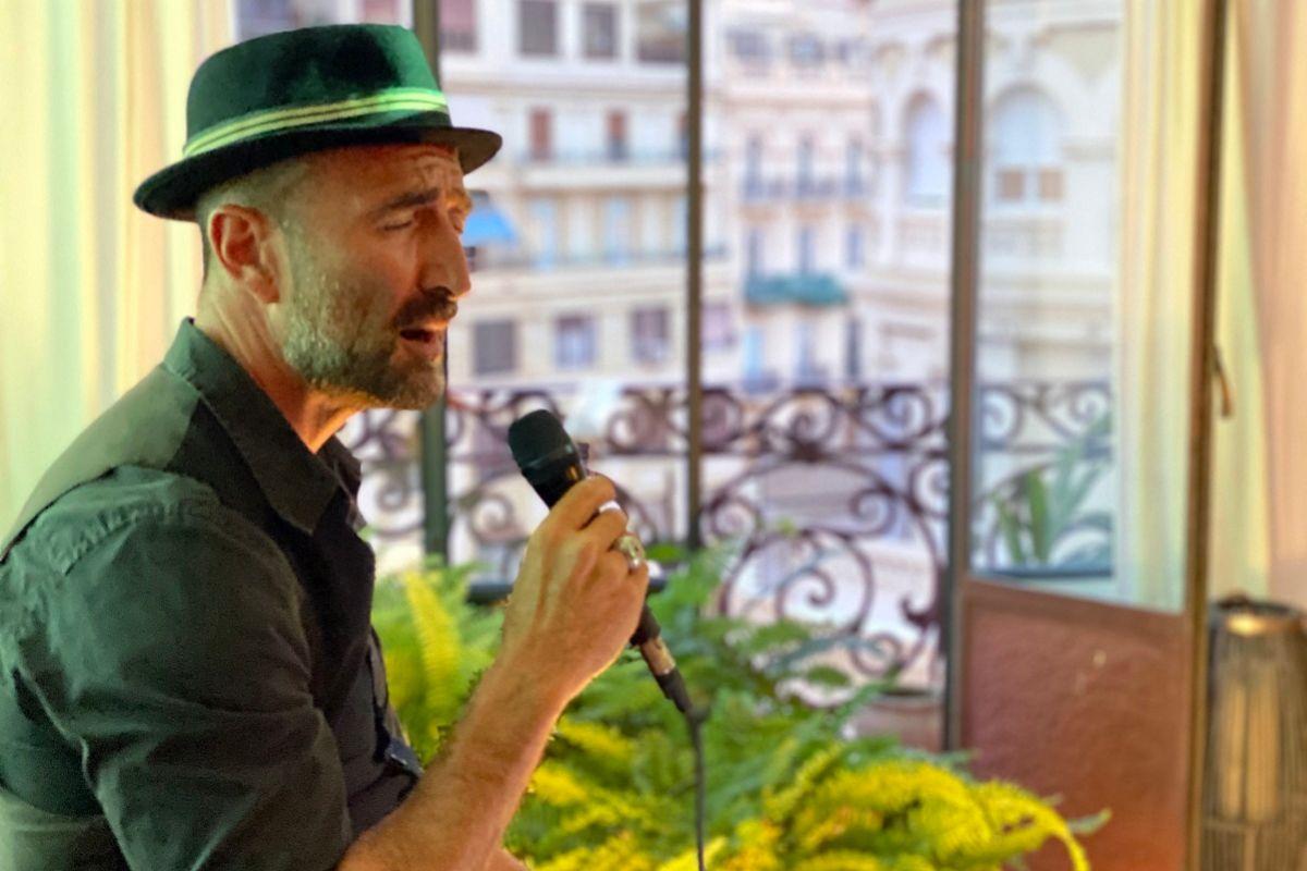 El cantante Javier Botella durante uno de sus conciertos a domicilio.