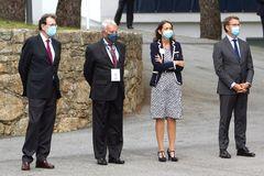 De izqda. a dcha., Mariano Rajoy, Felipe González, la ministra de Industria (Reyes Maroto) y el presidente de la Xunta de Galicia, Alberto Núñez Feijoo, este jueves, en el Foro La Toja.