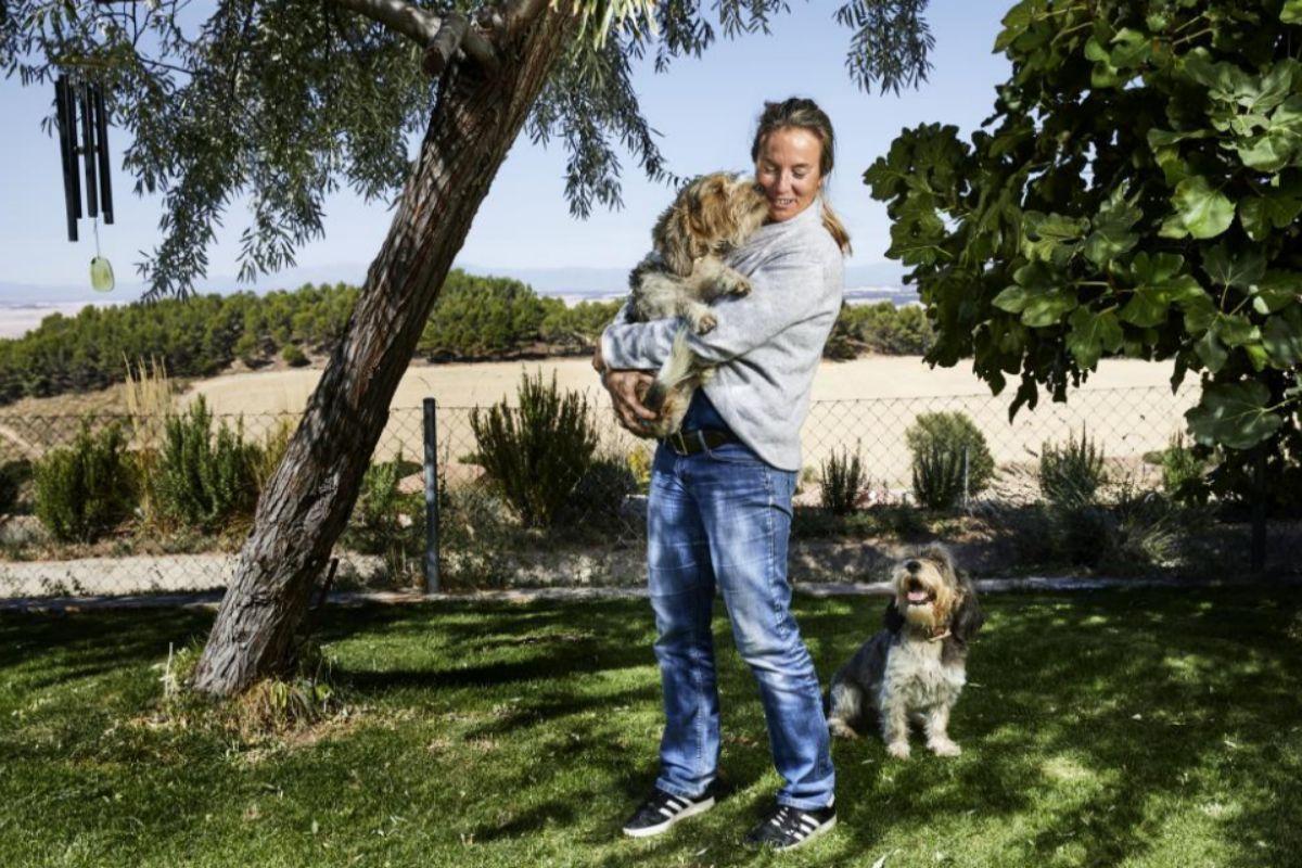La hija de Félix Rodríguez de la Fuente con sus perros Pipo y Pipa en el jardín de su casa
