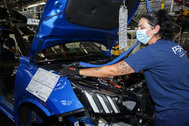 Una operaria en la línea de montaje del Peugeot 2008 en PSA Vigo.