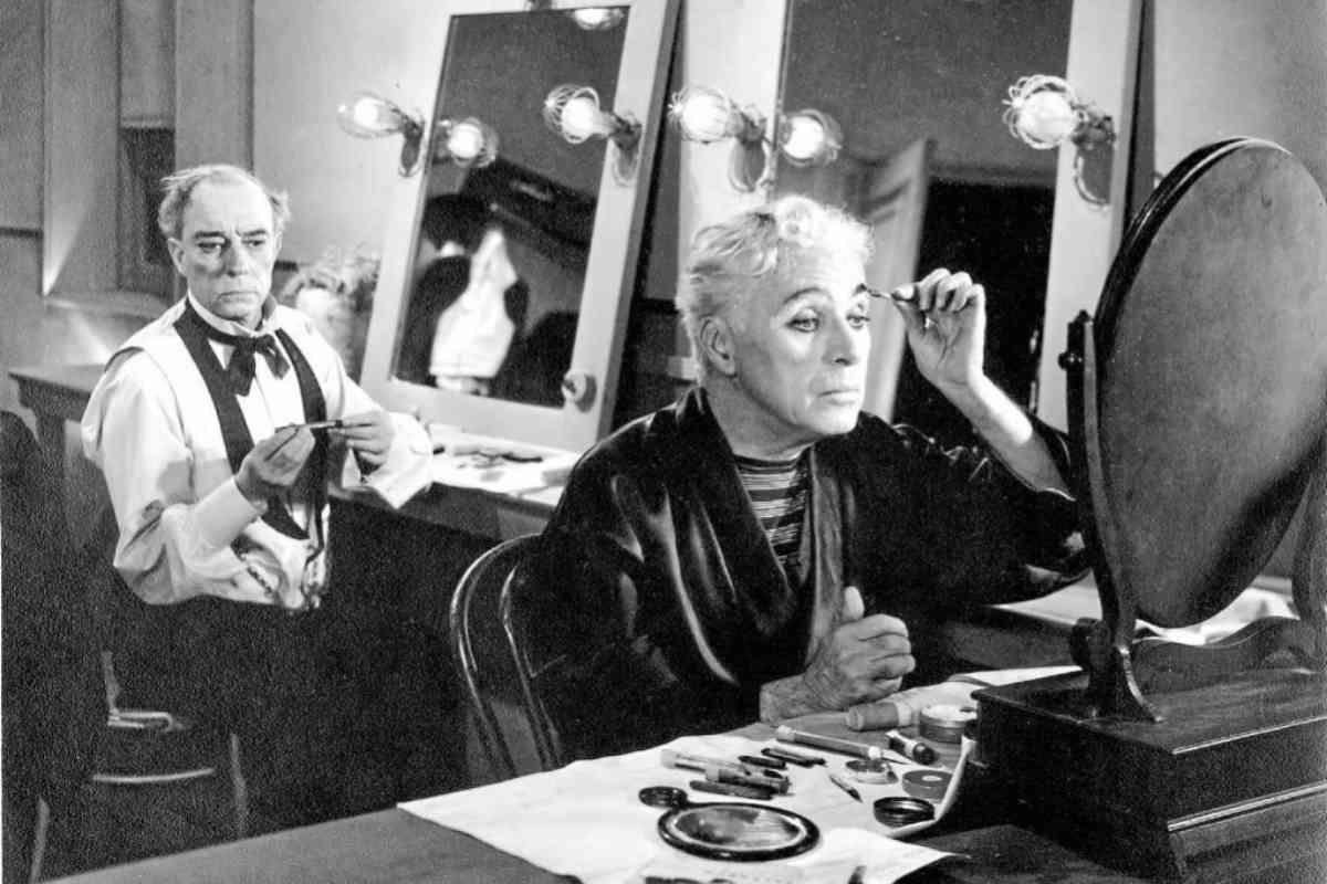 Keaton, al fondo, comparte escena con Charles Chaplin en Candilejas.