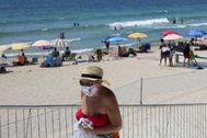 Turistas en la playa de Benidorm este verano.