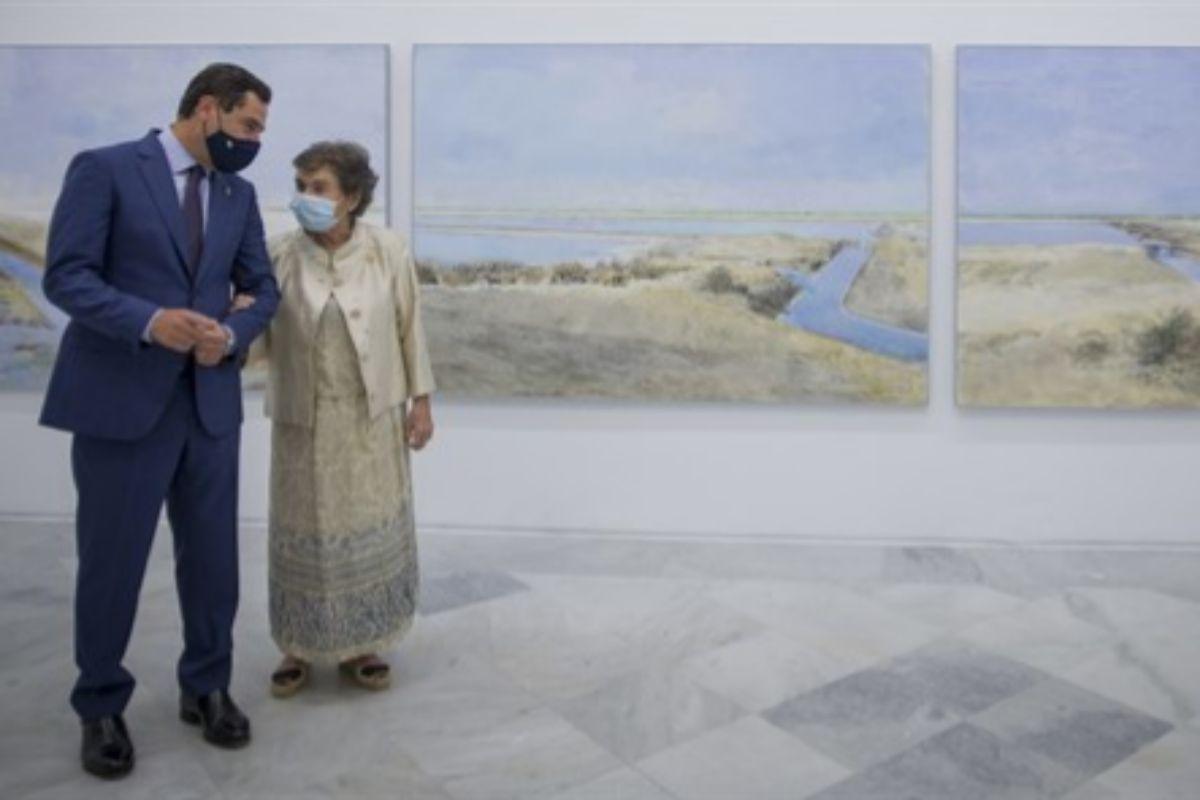 Carmen Laffón, junto al presidente de la Junta, Juanma Moreno, en la inauguración de la exposición 'La Sal'.