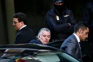 El ex tesorero del PP Luis Bárcenas (centro) y su chófer (dcha.).