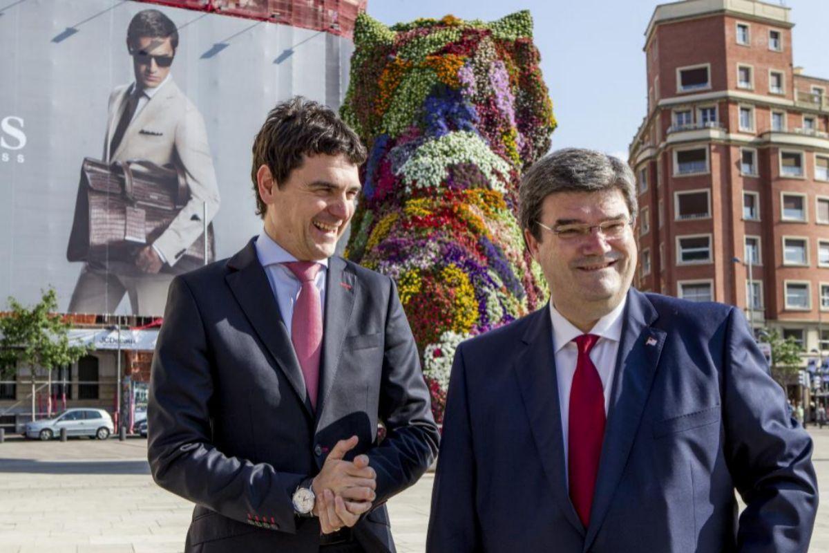 El diputado general de Bizkaia Unai Rementería y el alcalde Aburto bromean en la explanada de acceso al Guggenheim de Bilbao.