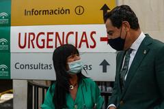 El presidente de la Junta, Juanma Moreno, con una sanitaria esta semana en Jerez en la presentación del nuevo helicóptero medicalizado.