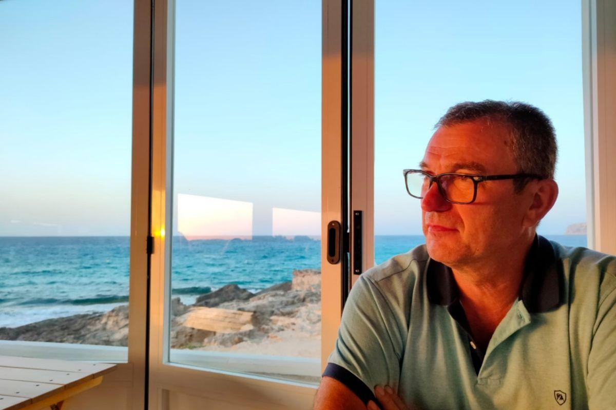 Miquel, profesor de 63 años y de riesgo, denuncia que le han denegado la baja laboral.