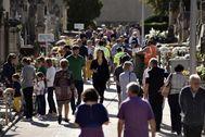 Decenas de ciudadanos en el cementerio de Palma el pasado Tots Sants.