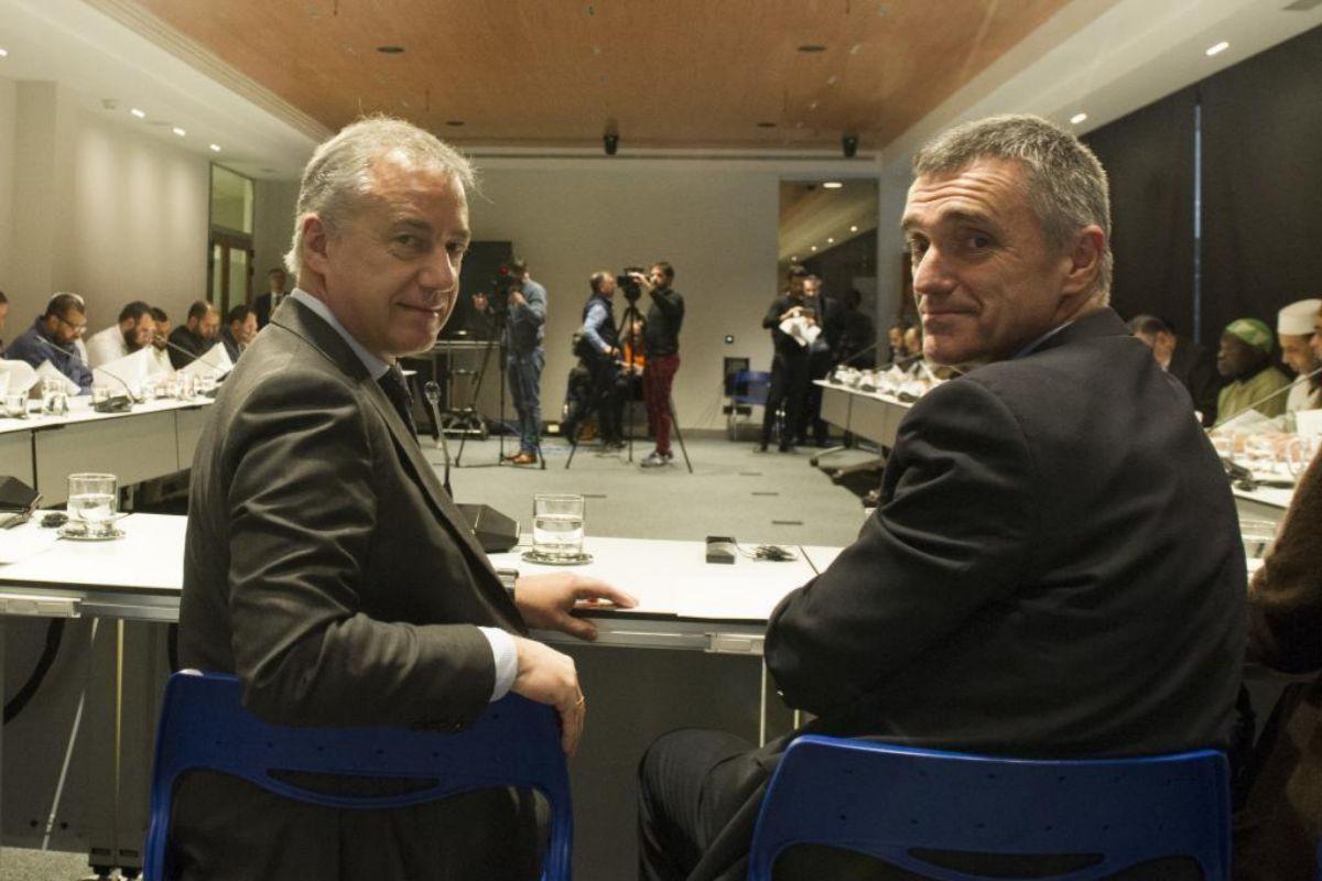 El lehendakari Urkullu y Jonan Fernández durante una reunión con agentes sociales mantenida en Lehendakaritza.