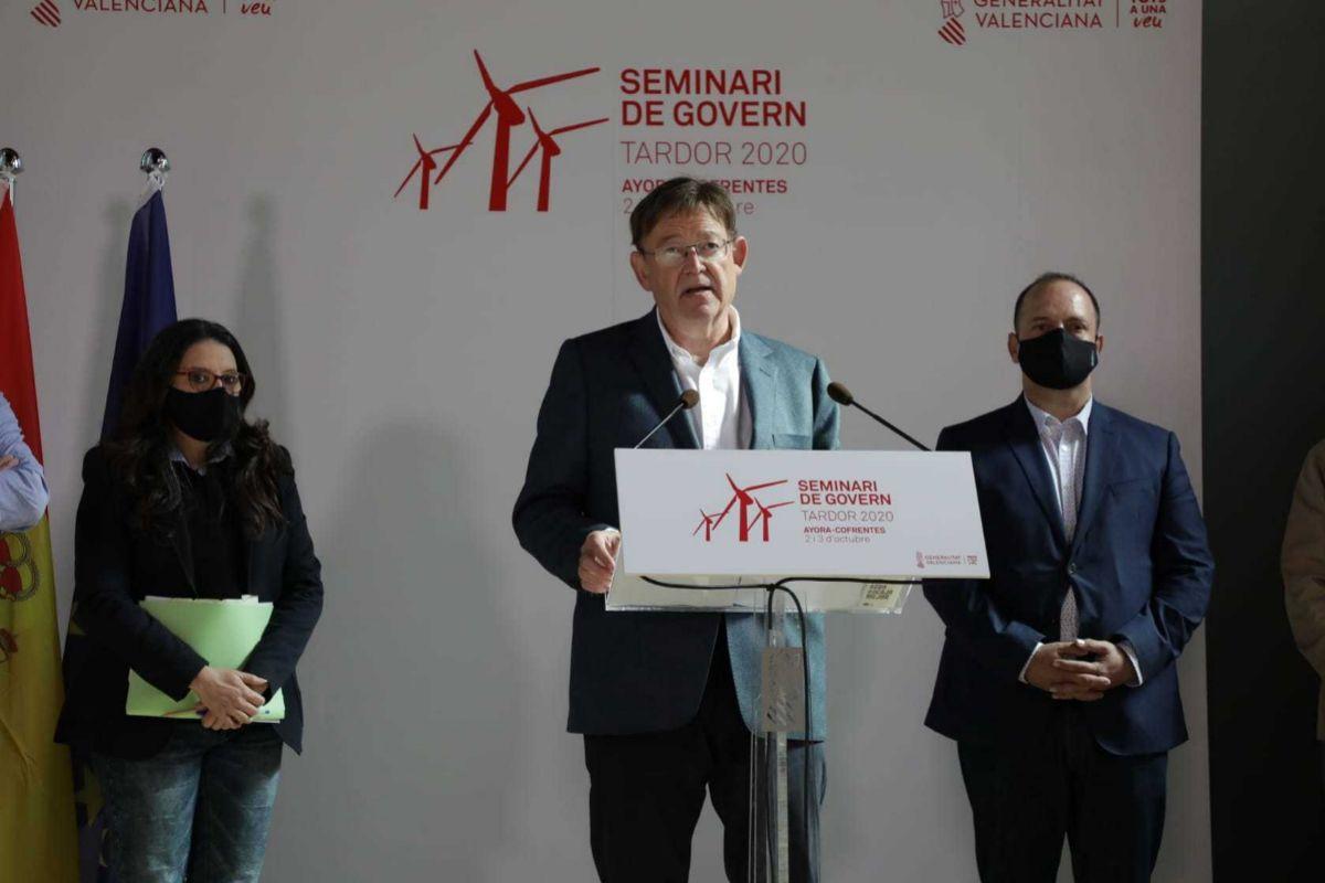 Ximo Puig, entre los vicepresidentes Mónica Oltra y Rubén Martínez Dalmau.