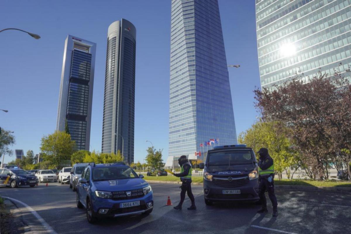 Control policial a la salida de Madrid, este sábado.