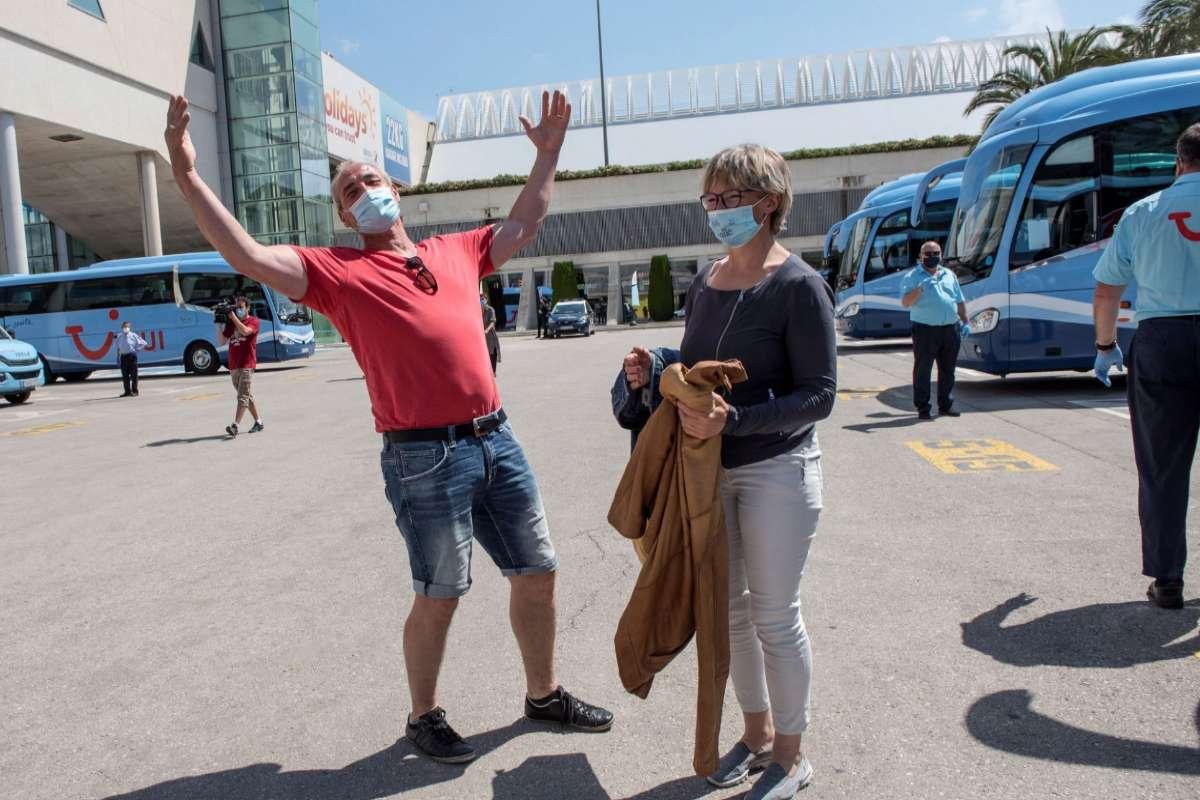 Una pareja de alemanes a su llegada este verano a Mallorca.