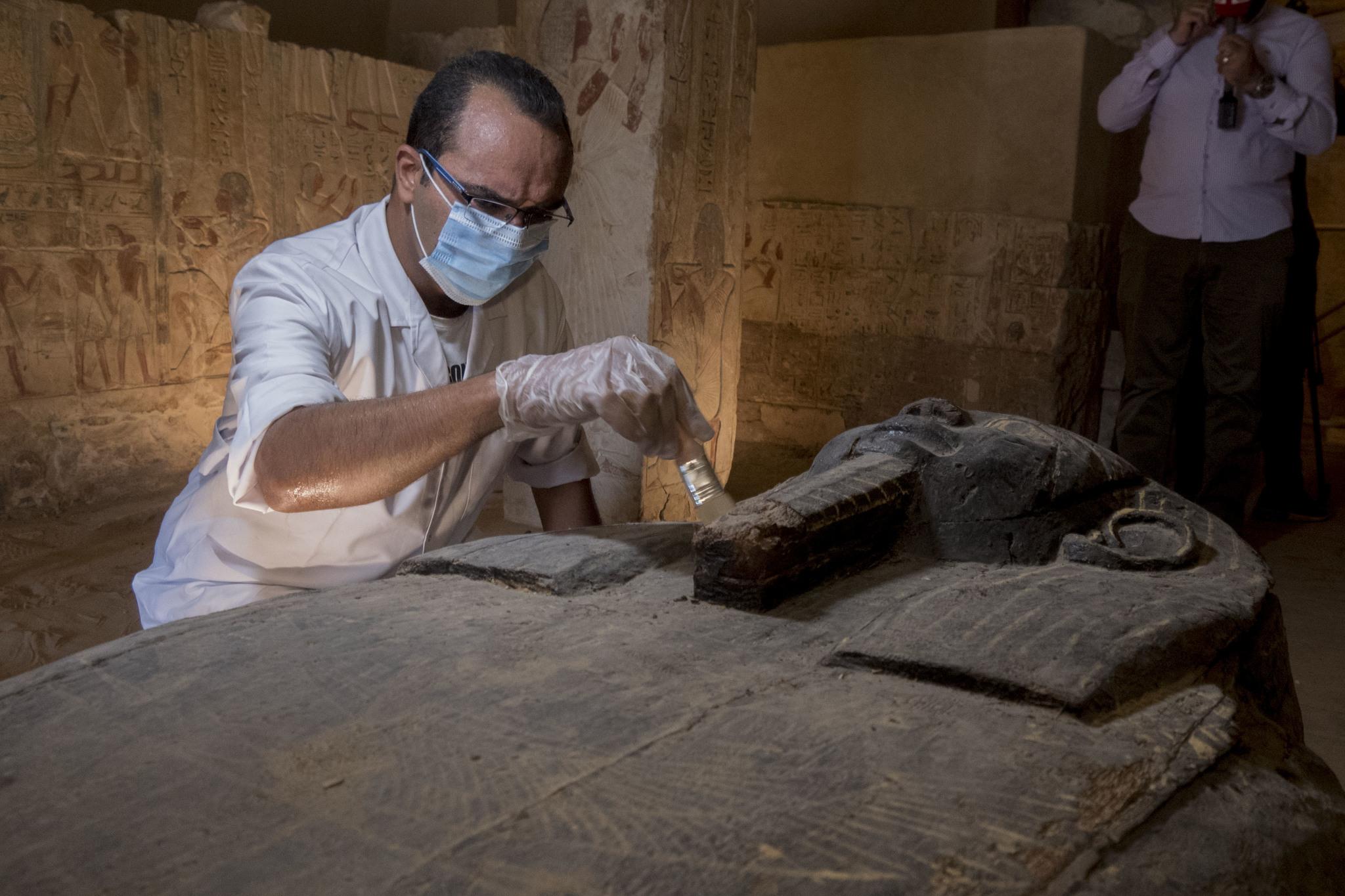 Un investigador restaurado una de las momias halladas