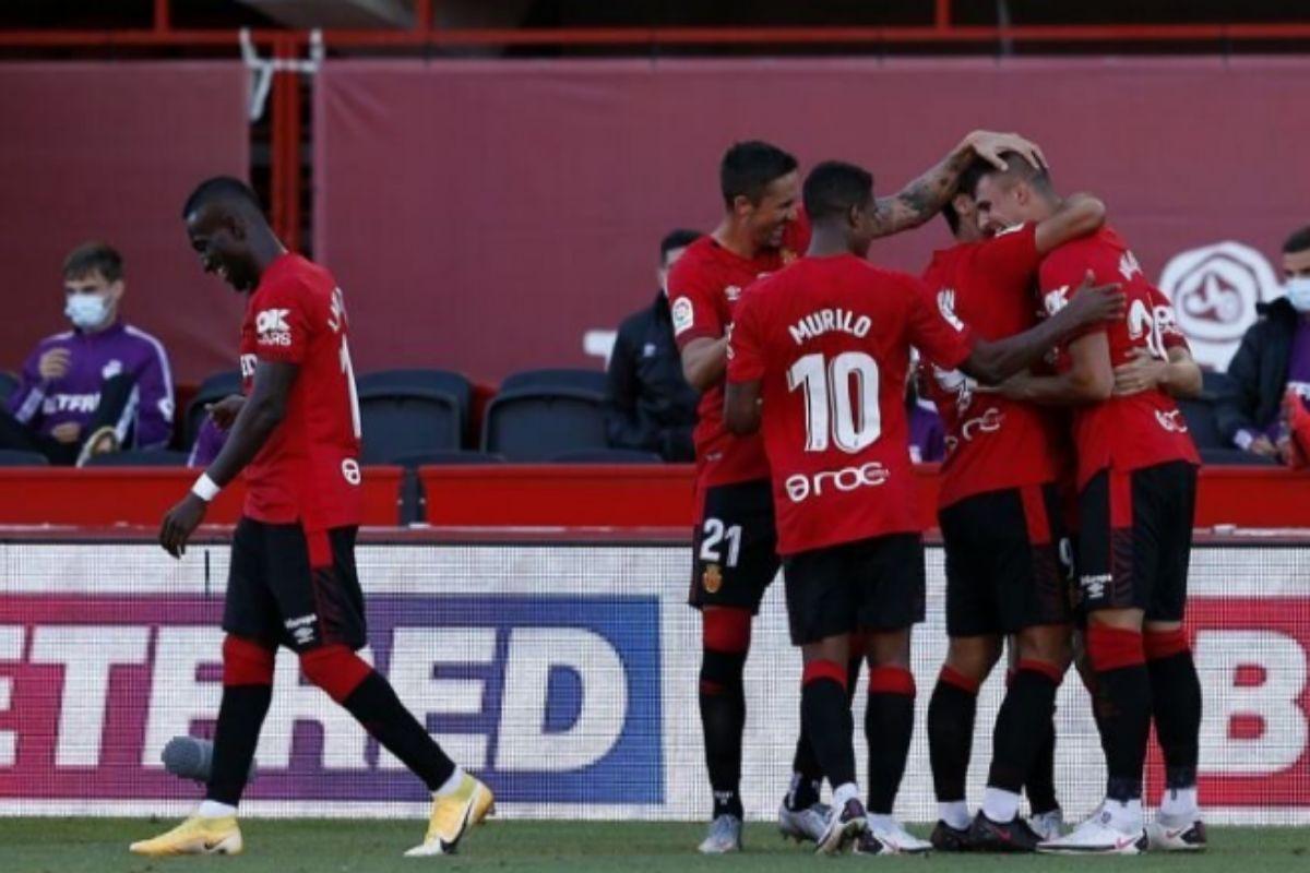 Los jugadores, abrazándose tras el 1-0 de Valjent.