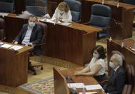 Alberto Reyero, a la izq, en la Asamblea.. A a dcha., Díaz Ayuso y Enrique Ruiz Escudero.