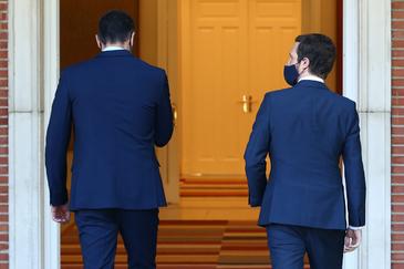 Pedro Sánchez y Pablo Casado, entrando en el Palacio de la Moncloa.