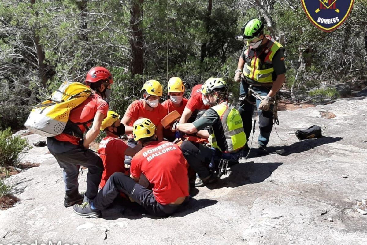 Los bomberos, en plena inmovlización.