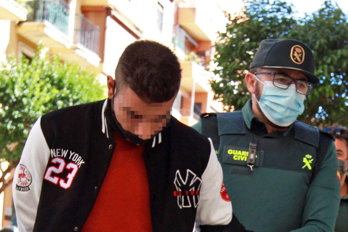 GRAFCVA8354. lt;HIT gt;ONTINYENT lt;/HIT gt;.- Un agente de la Guardia Civil traslada al Juzgado de Instrucción número 1 de lt;HIT gt;Ontinyent lt;/HIT gt;, en Valencia, a uno de los detenidos por su supuesta participación en una violación grupal a una menor de 14 años en la localidad valenciana de l'Olleria que se produjo el pasado sábado.