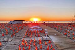 La playa amanece llena de banderas por las víctimas de la pandemia