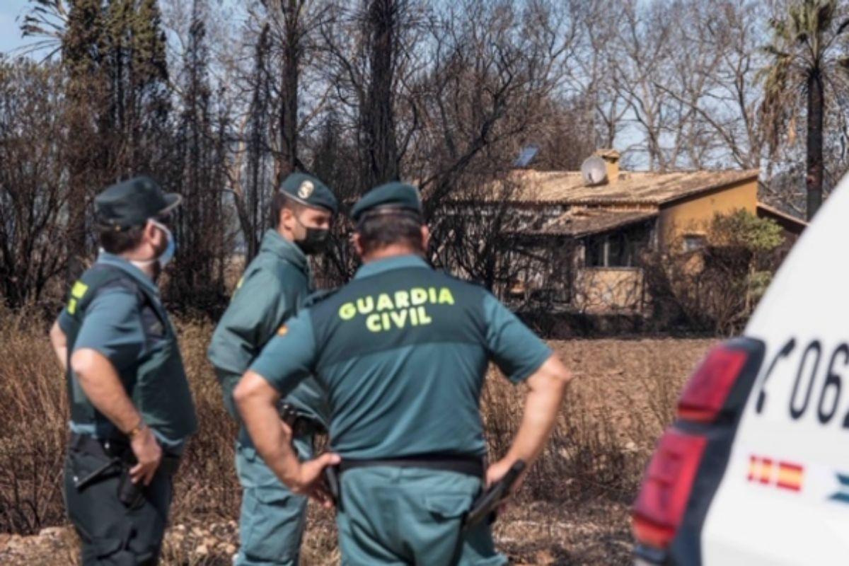 Agentes de la Guardia Civil en el incendio en s'Albufera.