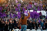 Pablo Iglesias saluda a los asistentes al acto de cierre de campaña de Unidas Podemos para las elecciones de abril de 2019.