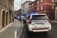 Varias patrullas de la Ertzaintza blindan esta tarde el barrio de Aranguren en Zalla durante la protesta vecinal.