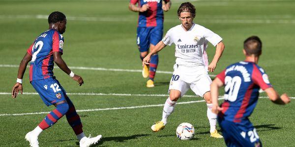 Modric, rodeado de rivales, el domingo en Villarreal.
