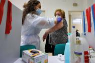 Una mujer se somete a la vacunación de la gripe en un centro de salud de Valencia.