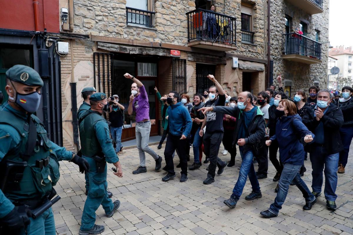 Familiares y simpatizantes de Ekhine Eizaguirre protestan durante su detención.