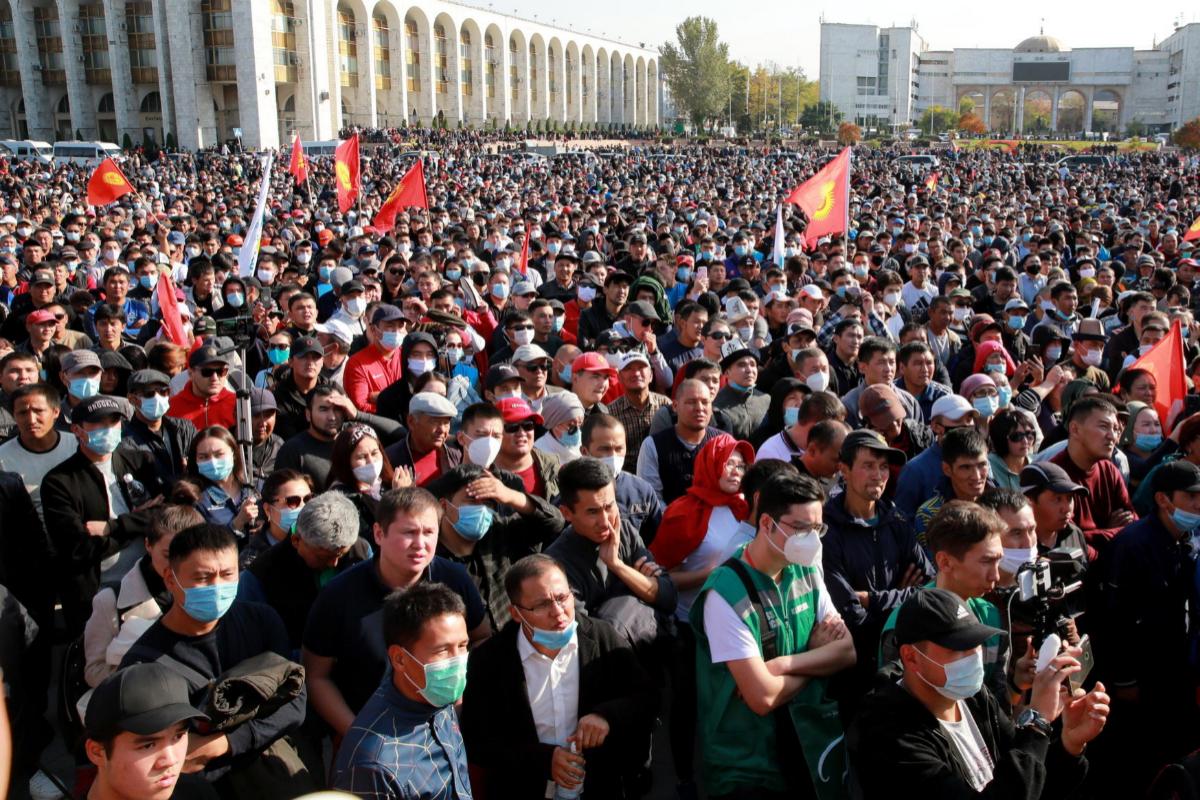 Protesta en la plaza central de Bishkek, este lunes.