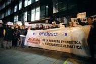 Imagen de una protesta frente a la compañía por afectados por la pobreza energética