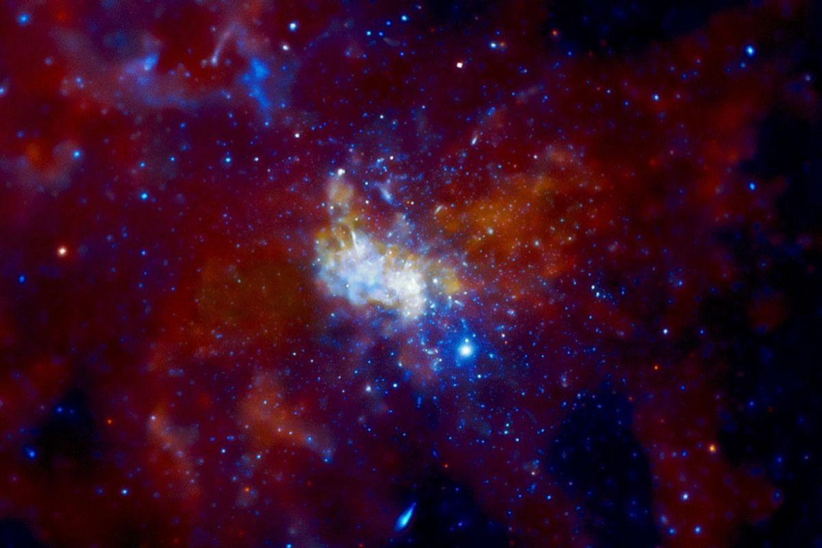 imagen de Sagitario A* y la región que lo rodea en el corazón de la Vía Láctea, tomada por el observatorio Chandra