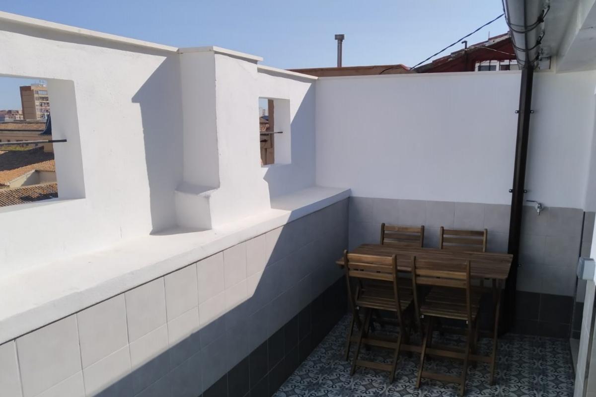 Una de las terrazas de los pisos inaugurados ayer.
