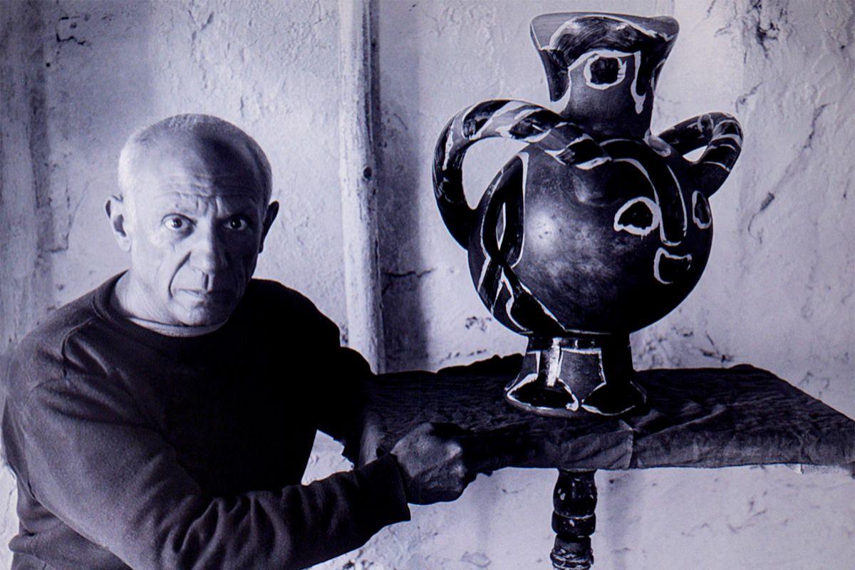 Fotografía de Picasso junto a un búcaro de la colección del museo.