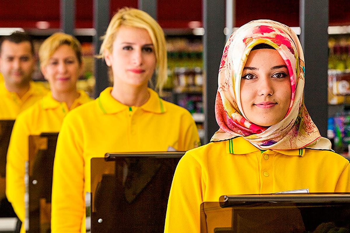 Dependientas de la cadena turca de supermercados File