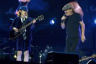 Angus Young (I) y Brian Johnson, durante su concierto en Madrid en 2015.