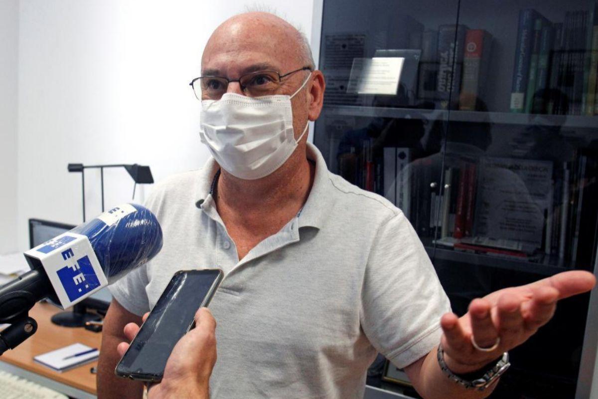 Francis Mojica, este miércoles, en su despacho de la Universidad de Alicante