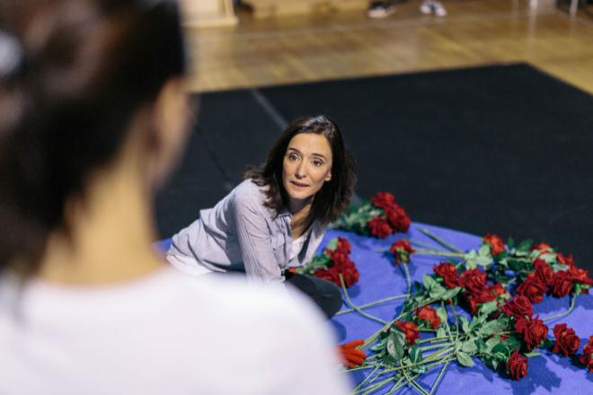 Alicia Borrachero y Ana Torrent ensayan una escena de la obra. / LUKASZ MICHALAK