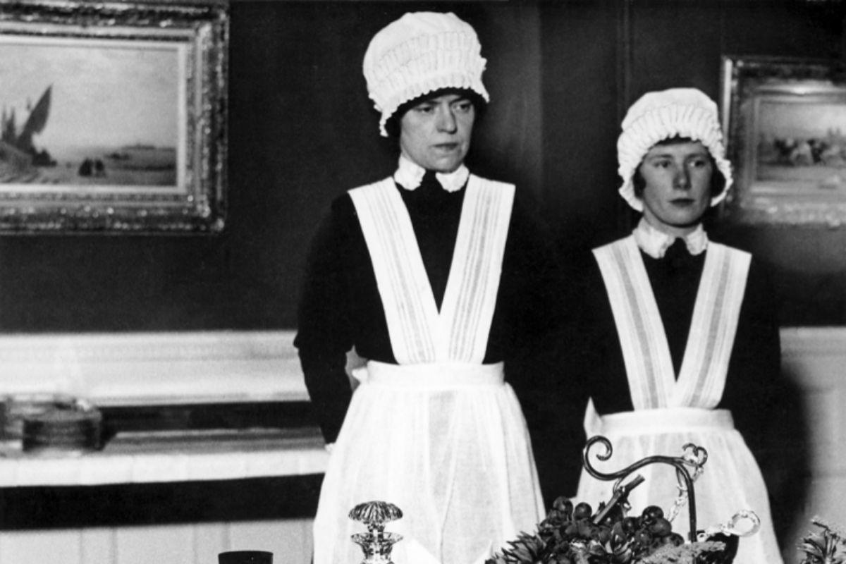 Detalle de 'Sirvienta y sirvienta segunda preparadas para servir la cena' de Bill Brandt.