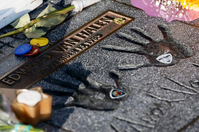 Flores, velas y púas de guitarra sobre la placa de Van Halen en el Paseo del Rock de Hollywood. / EFE