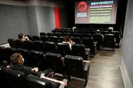 Una sala de cine con los espectadores guardando las distancias de seguridad.
