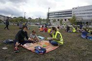 Padres y escolares vitorianos almuerzan en un jardín cercano al Gobierno vasco para demandar mejores condiciones en los comedores escolares.